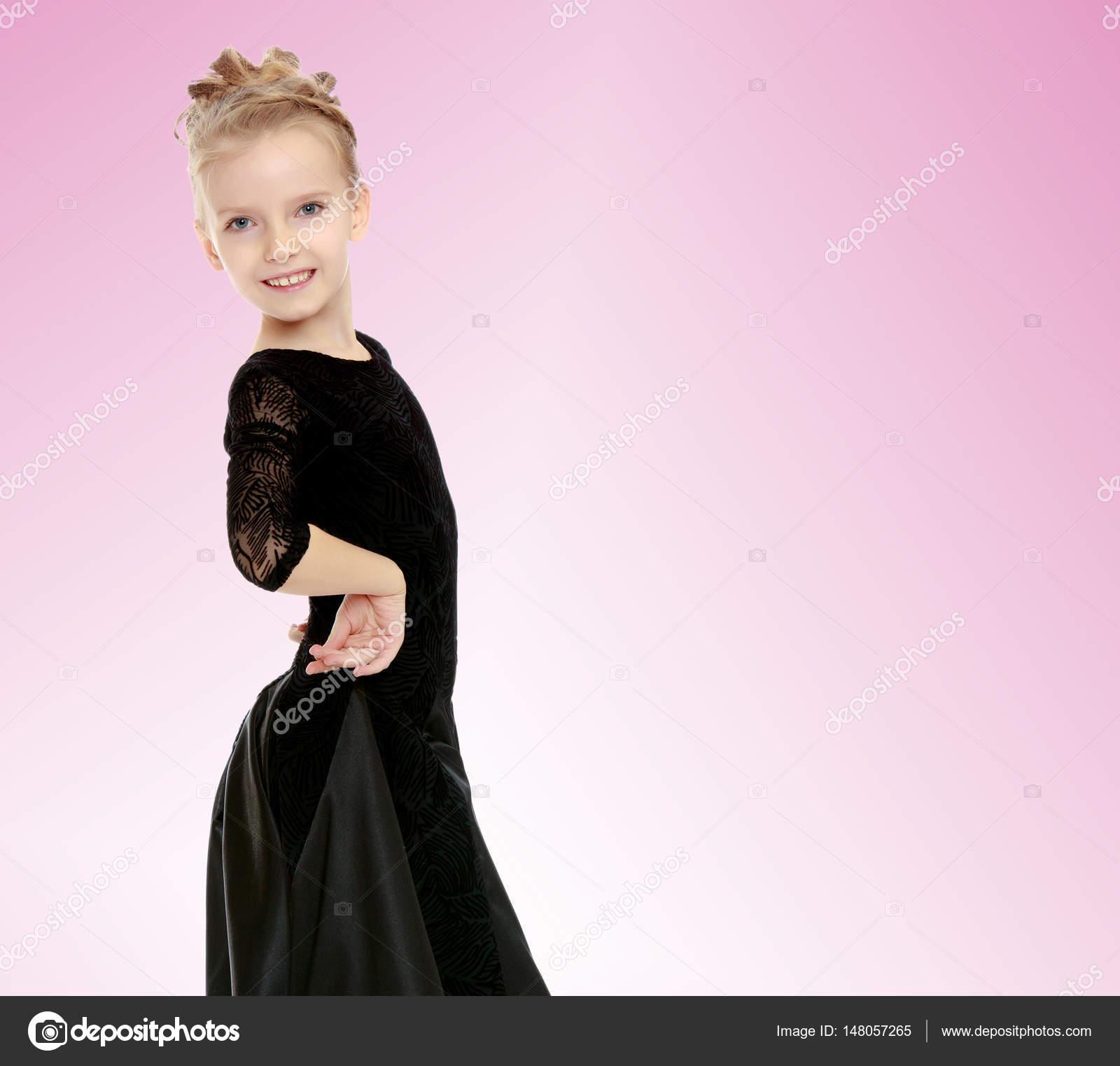 Pequeña bailarina hermosa en un vestido negro — Fotos de Stock ...