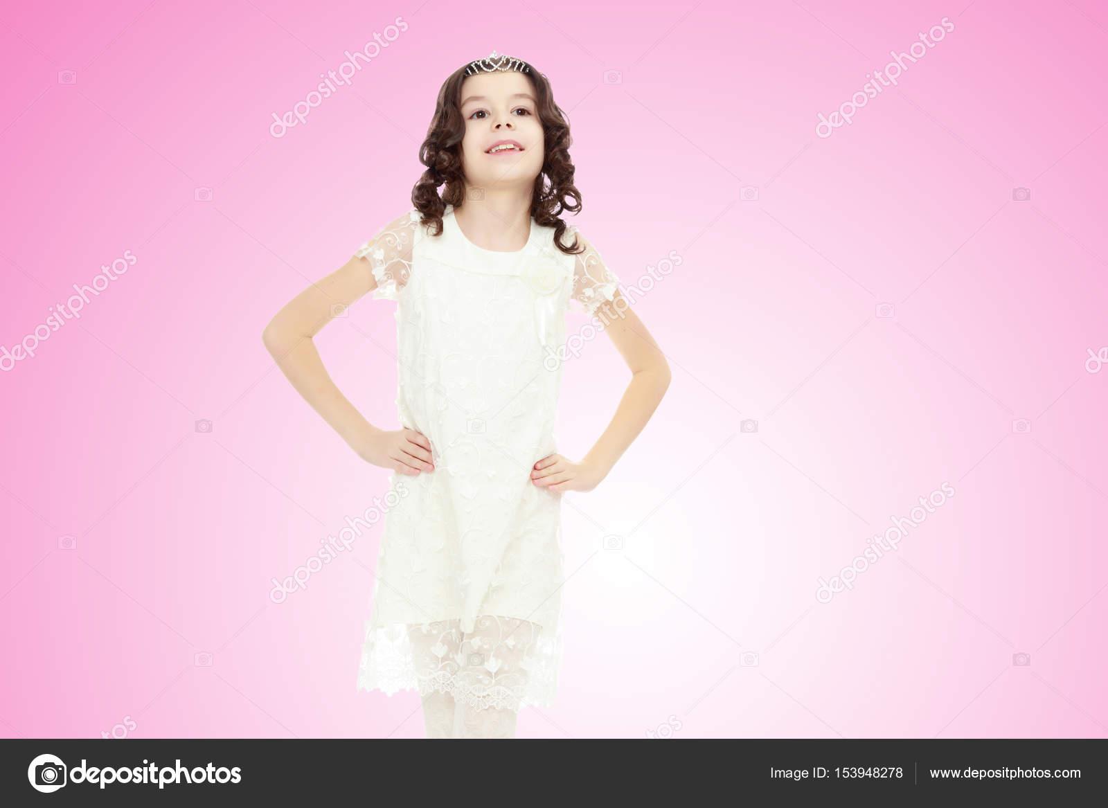 hermosa niña con un vestido blanco — Fotos de Stock © lotosfoto1 ...