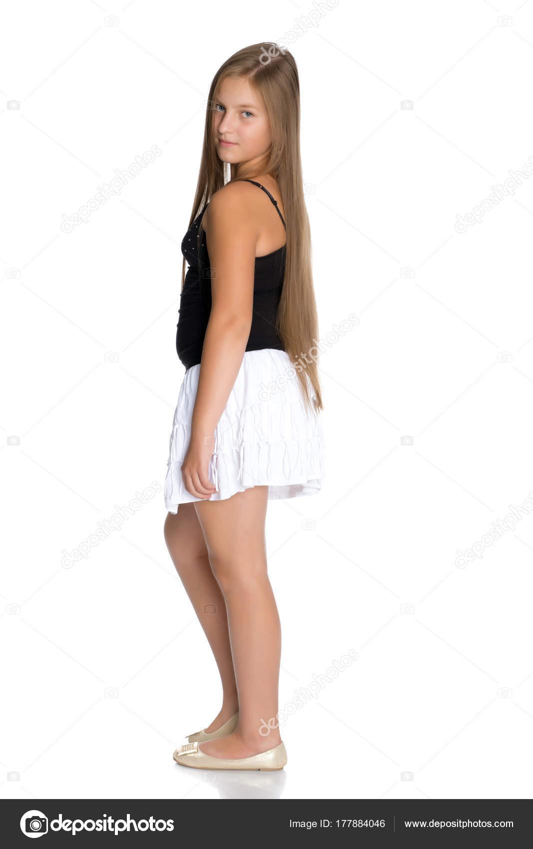 nuovo arrivo d1c3a f3edc Un'adolescente in una gonna bianca corta e una maglietta ...