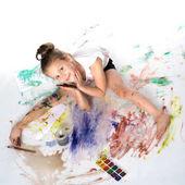 Malá holčička kreslí barvy na tělo