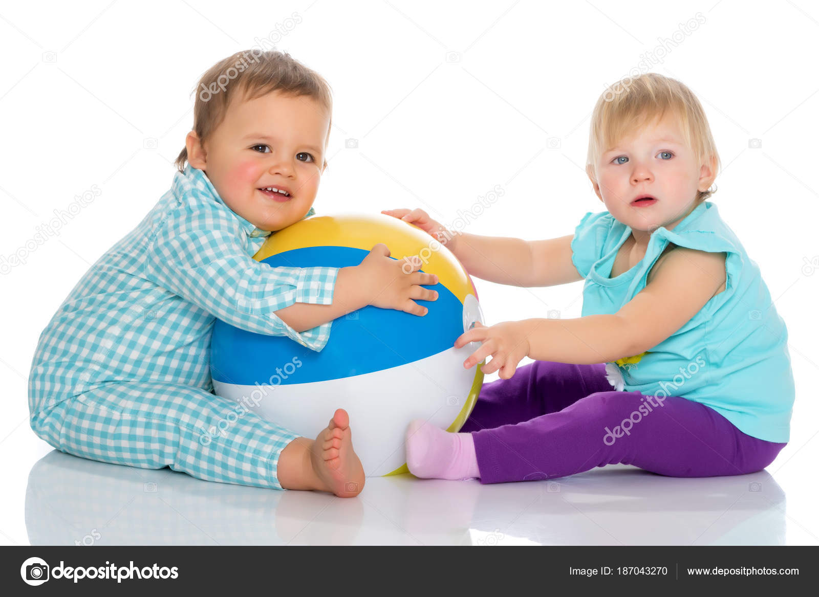 2d8b5836e6f Μικρό παιδί αγόρι και κορίτσι παίζει με μπάλα. — Φωτογραφία Αρχείου ...