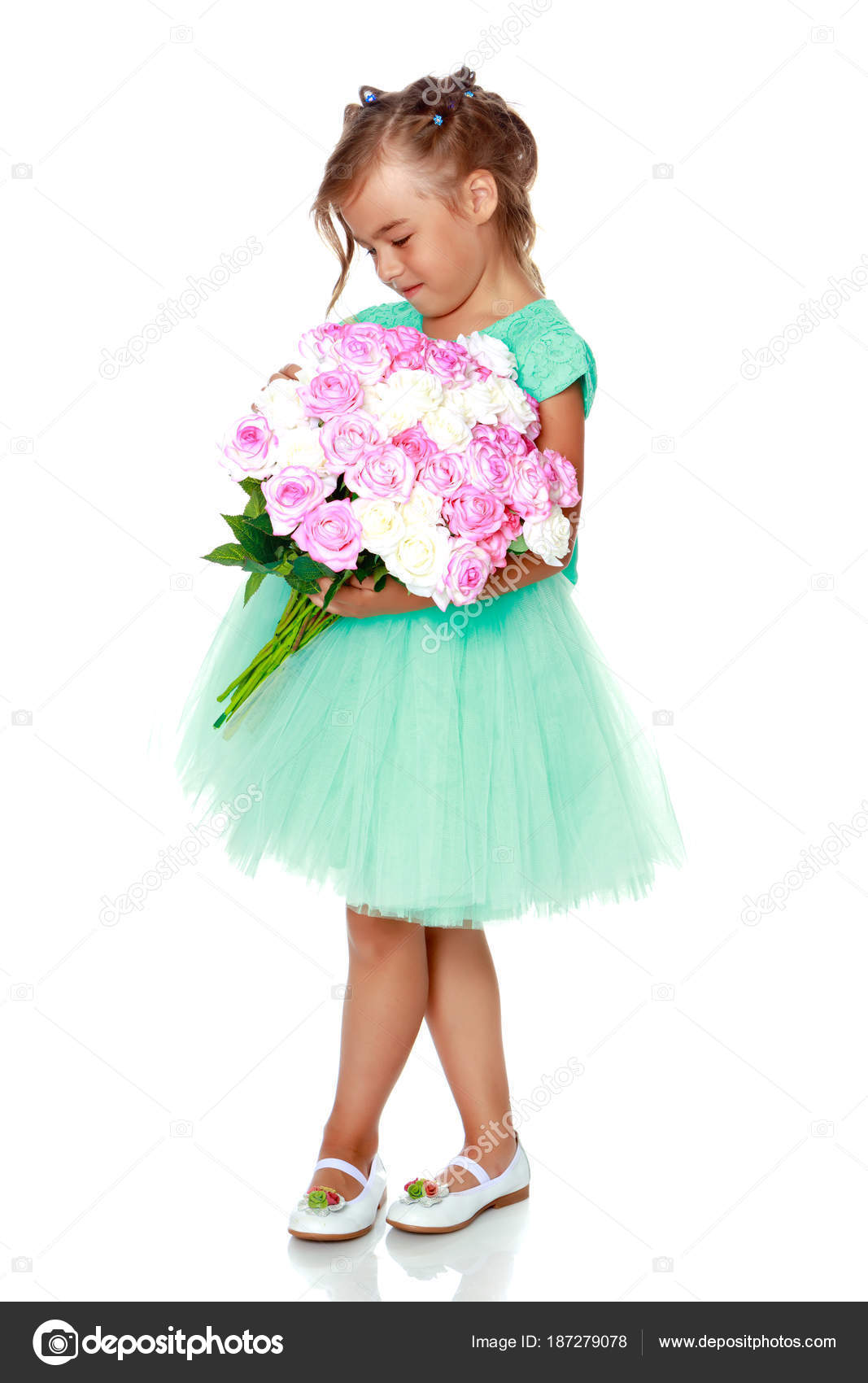 Little girl with a bouquet of flowers — Stock Photo © lotosfoto1 ...