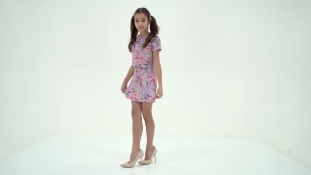 Veselá holčička ve velkých botách převzala od své matky.