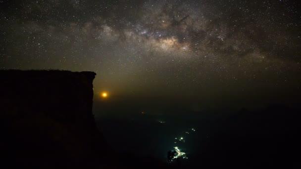Mléčná dráha časová prodleva s měsíc v hory na Phu Chi Fah národní park, provincii Chiang Rai, Thajsko