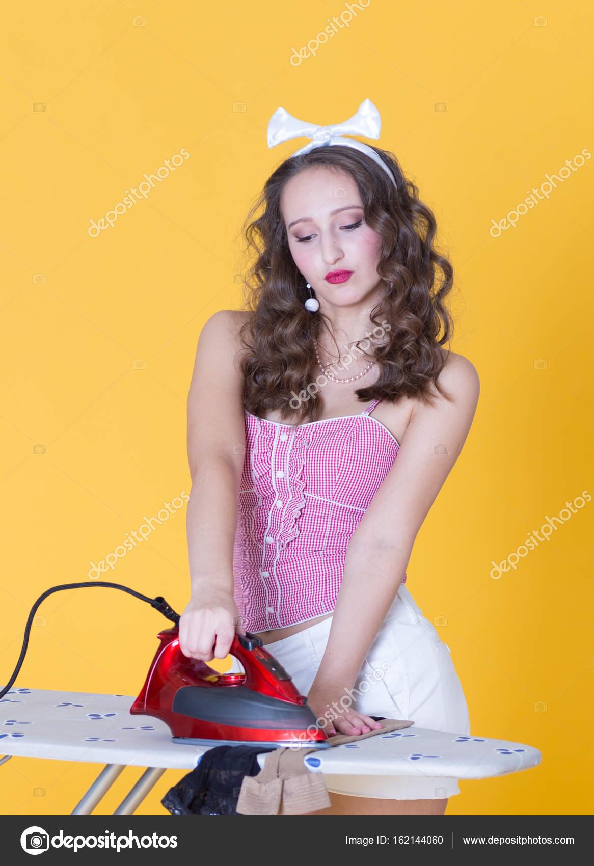 sale retailer 57fee 1e77d Attraente ragazza vestita in stile pin-up, stirare i vestiti ...