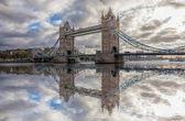 Tower Bridge proti západu slunce v Londýně, Anglie, Velká Británie