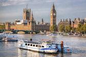 K Big Benu a budov parlamentu s lodí v Londýně, Anglie, Velká Británie