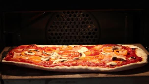 Horké a chutné pizza v peci