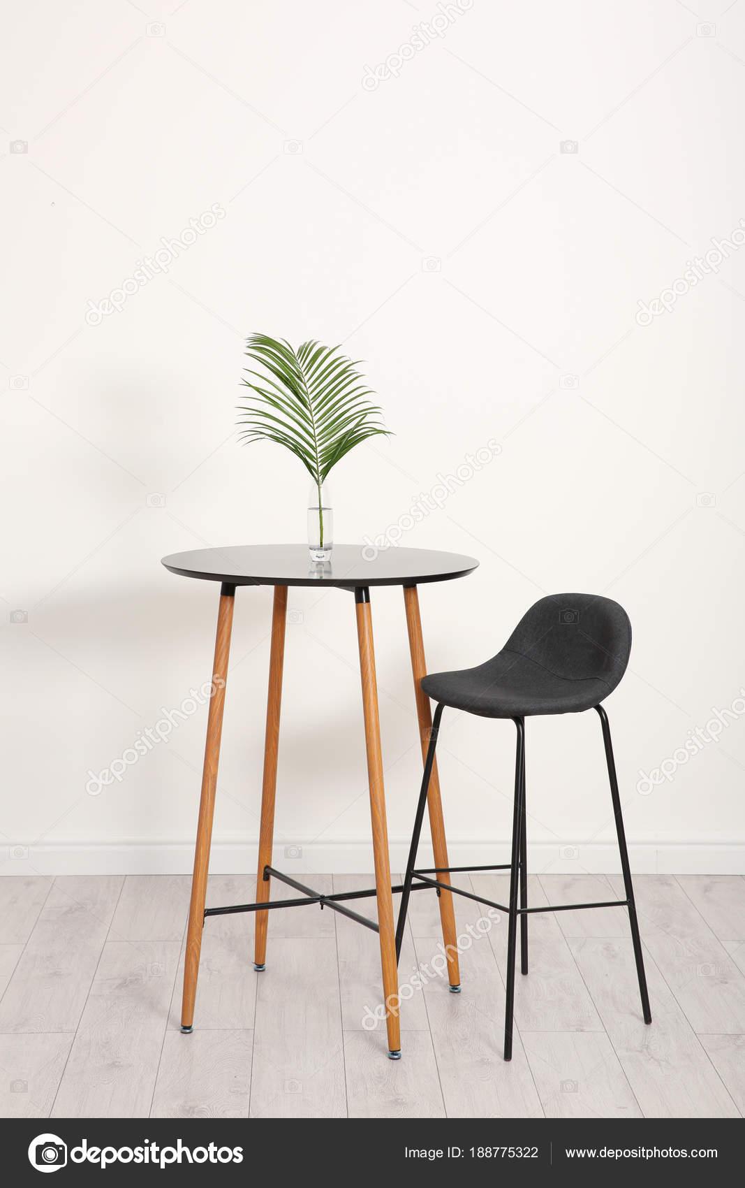 Tropisches Blatt in Glasvase auf Tisch drinnen. Idee für moderne ...