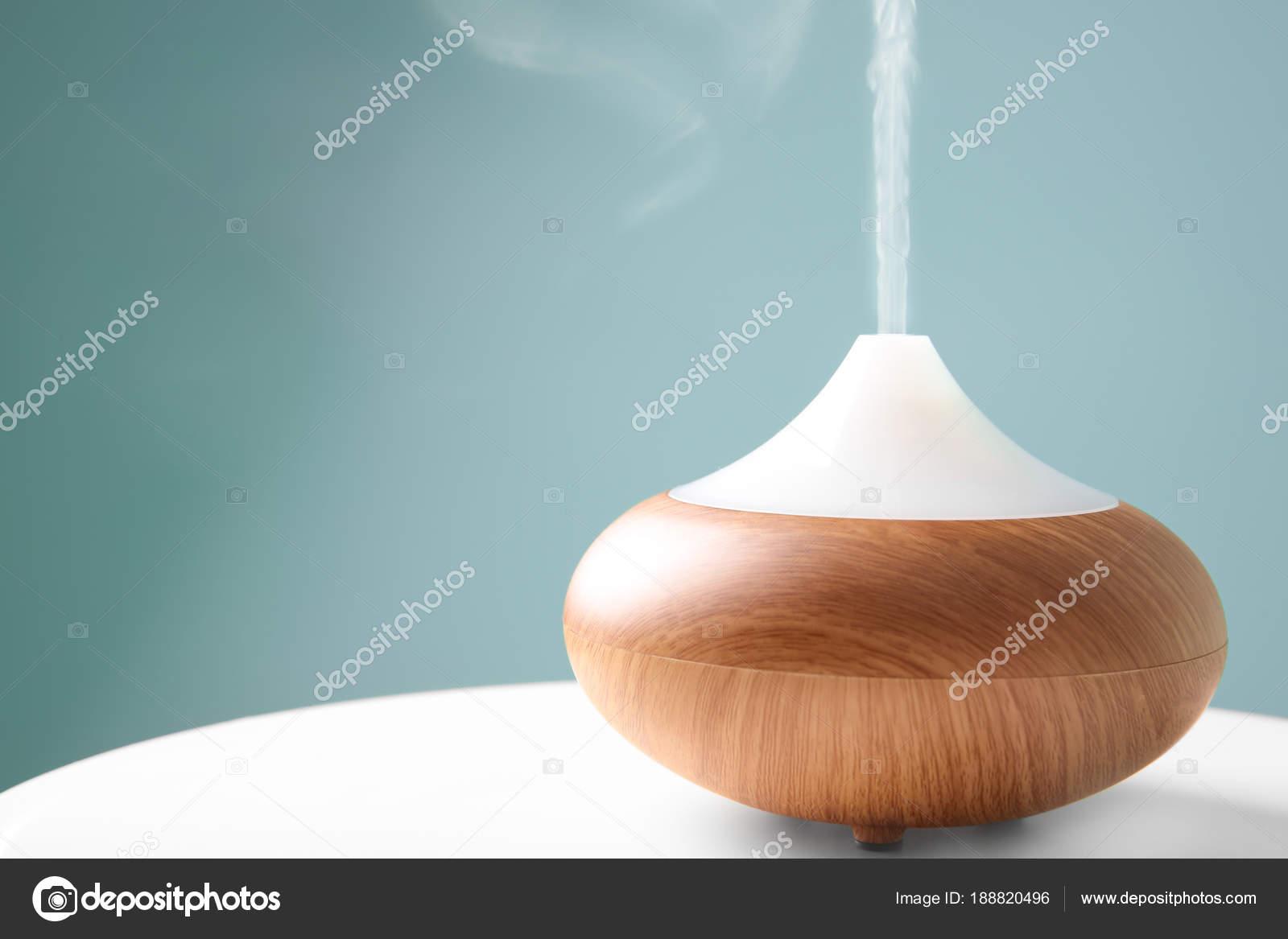 diffuseur d'arome huile sur table sur fond de couleur — photographie