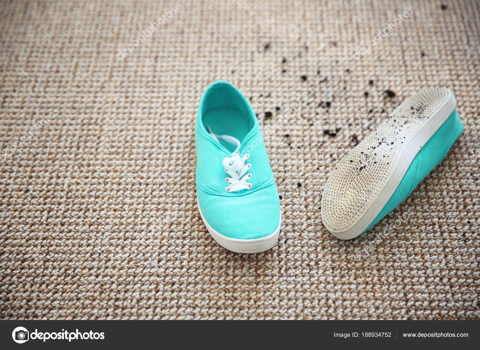 туфли с грязью на ковер стоковое фото Liudmilachernetska Gmail
