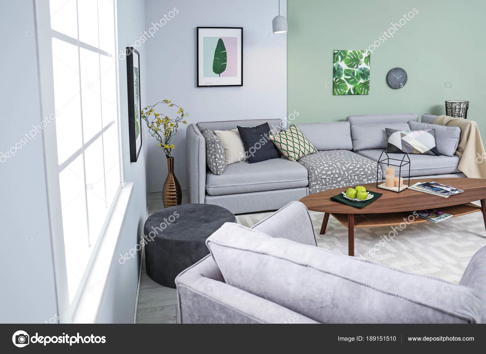 Stijlvolle woonkamer interieur met comfortabele bank en tafel ...