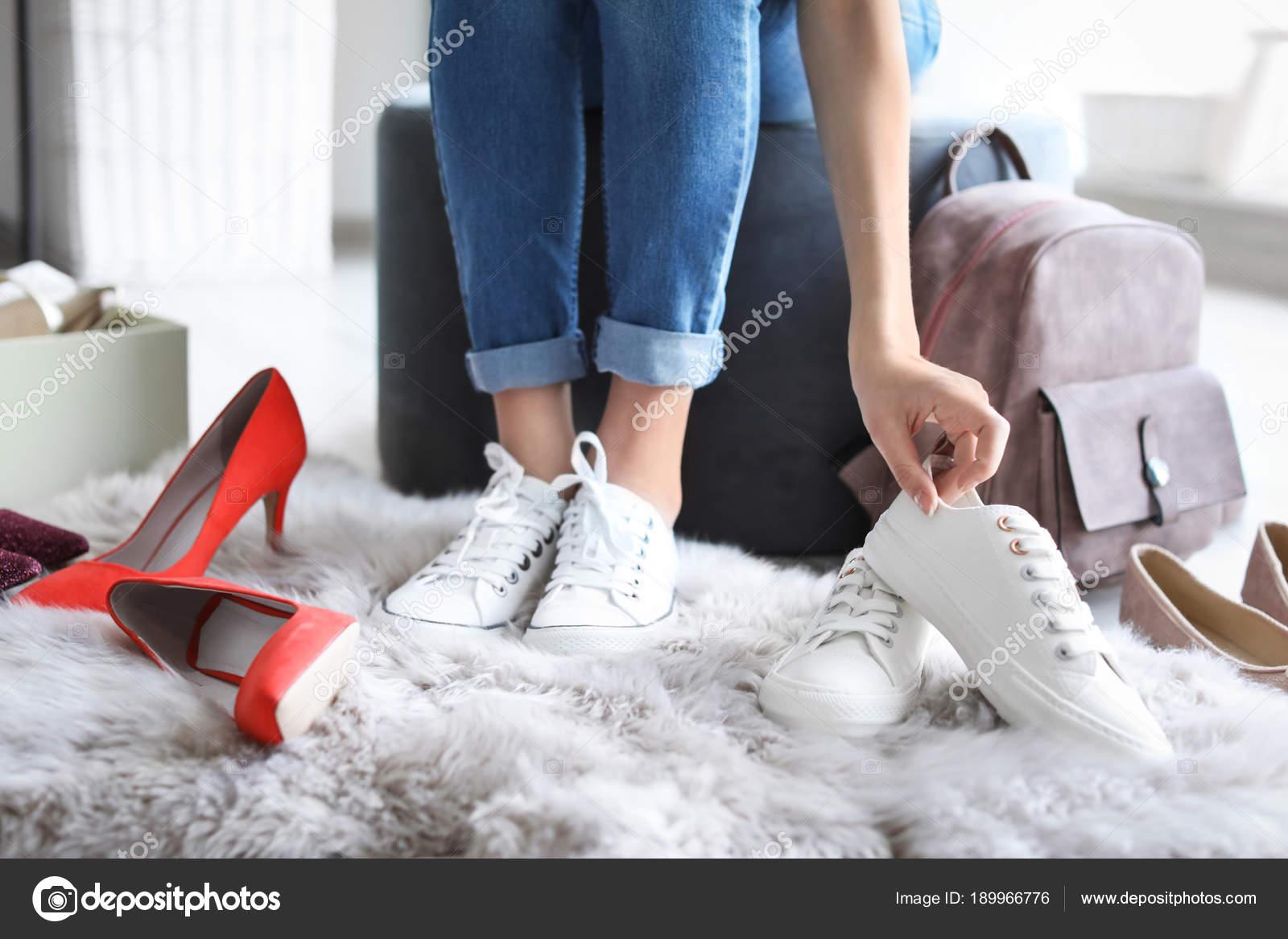 En — Fotos De Stock Mujer Probándose Zapatos Tienda Joven 0OP8wkNZXn