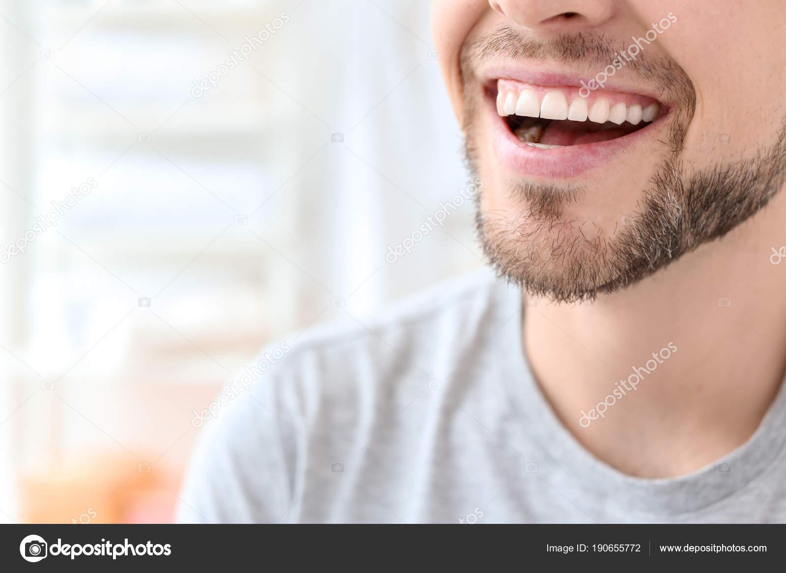 Jovem Com Sorriso Lindo Dentro De Casa Clareamento Dos Dentes