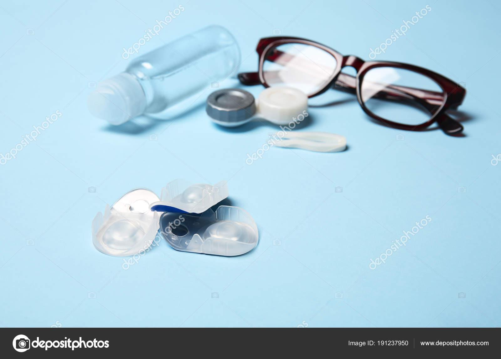47fde2ed58 Lentes de contacto, anteojos y accesorios en fondo de color — Fotos de Stock
