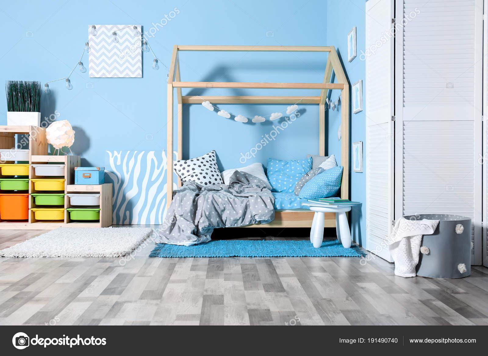 Comfortabel bed in moderne kinderkamer u2014 stockfoto