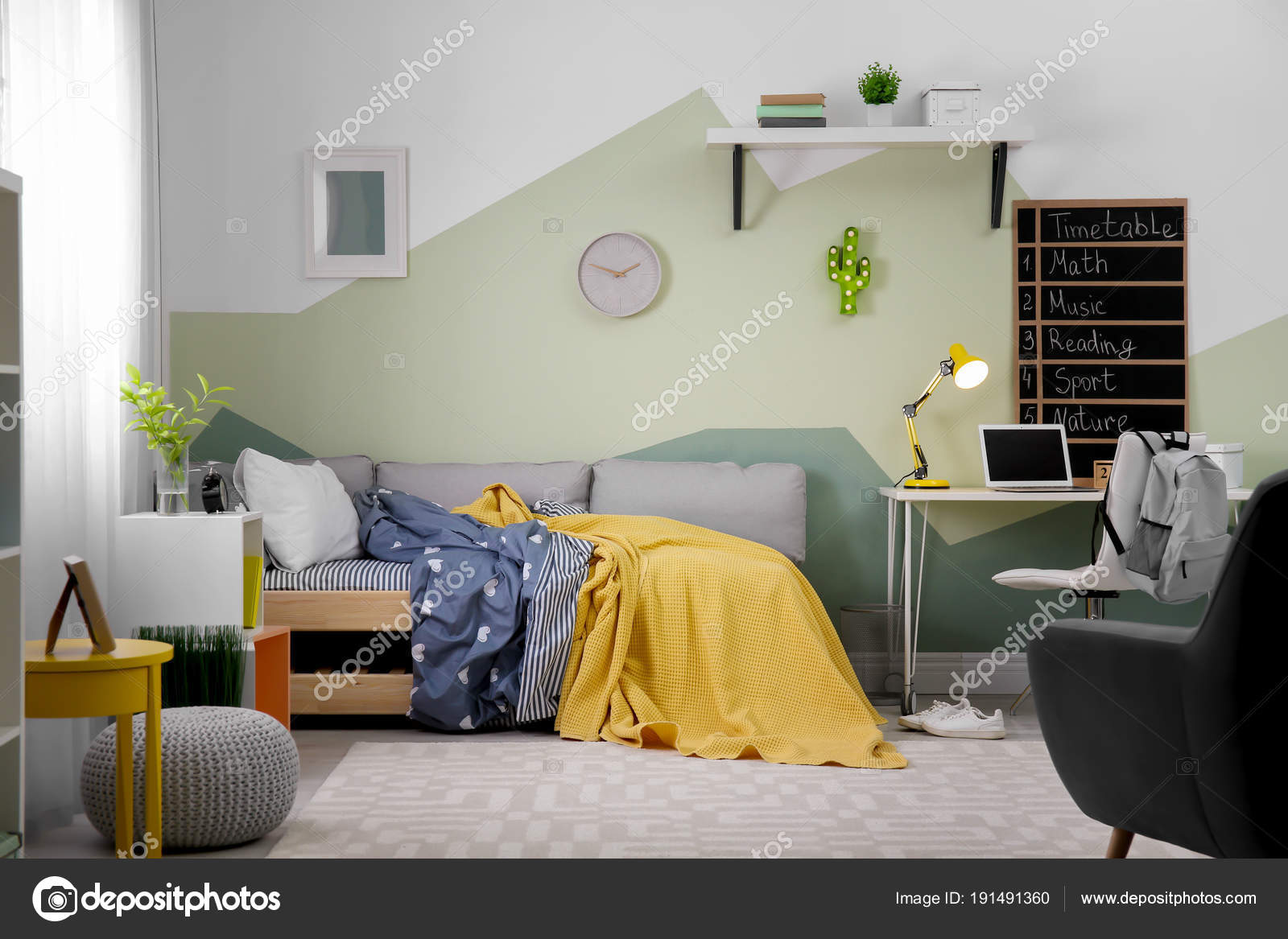 Moderne kind kamer interieur met comfortabel bed u stockfoto