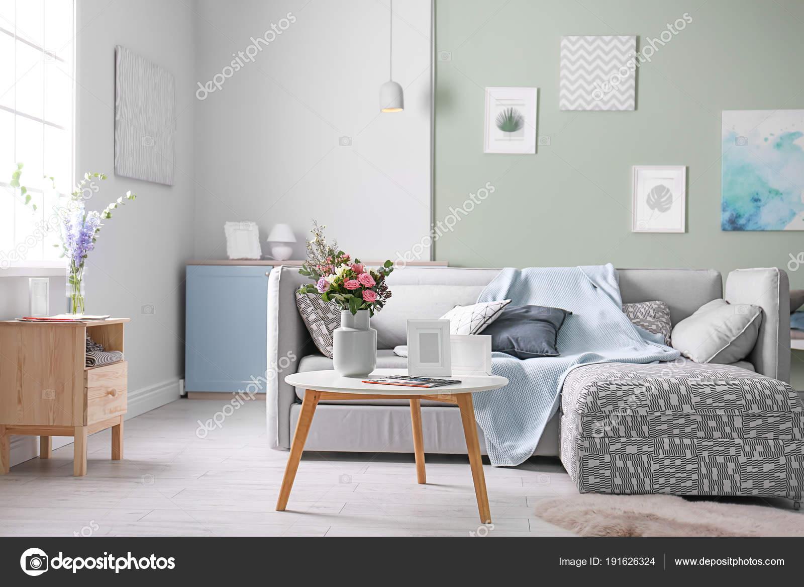 Gezellige woonkamer interieur met comfortabele bank en elegante ...