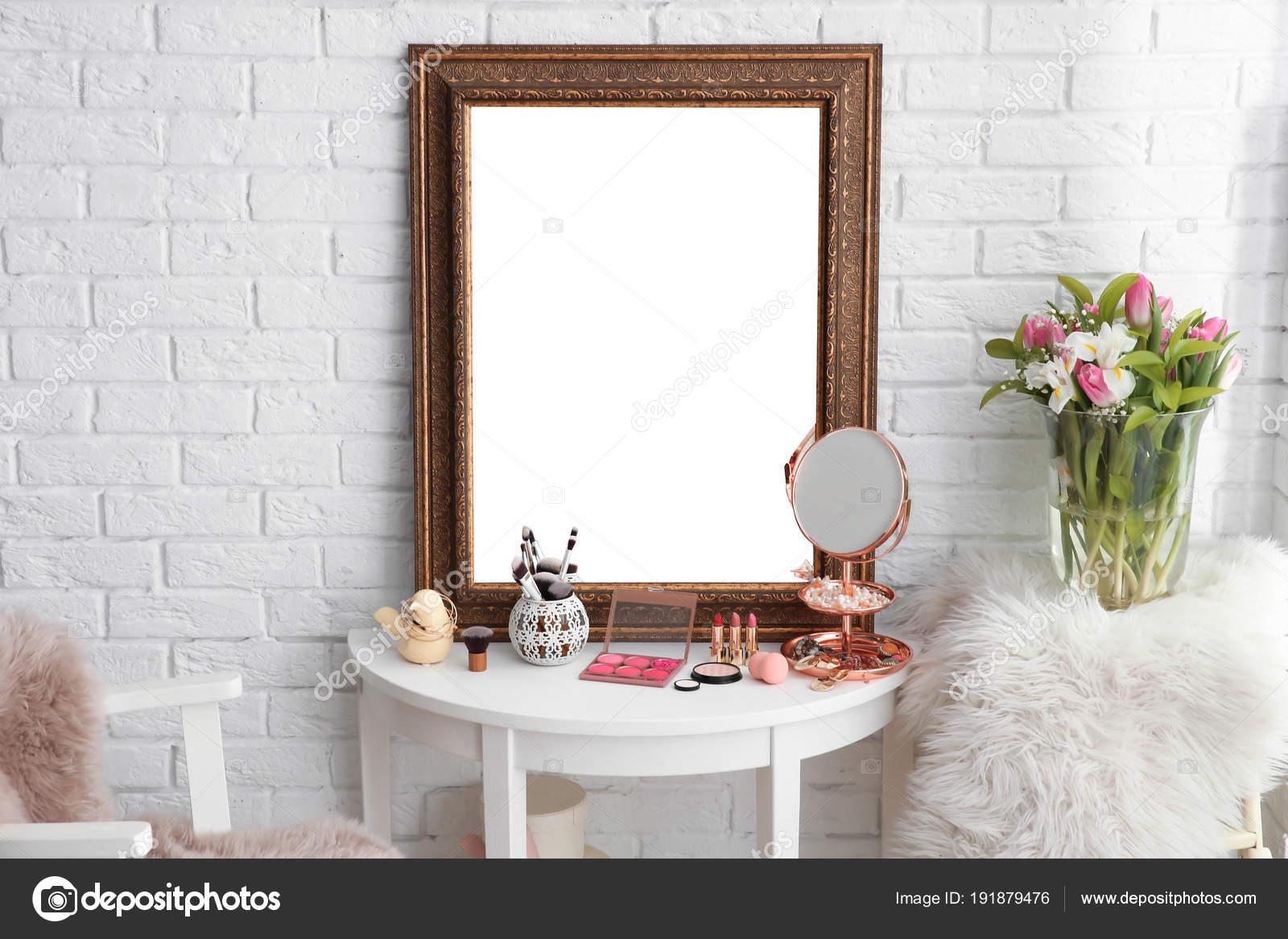 Credenza Con Espejo : Mesa con espejo hermoso y cosméticos en la sala de maquillaje