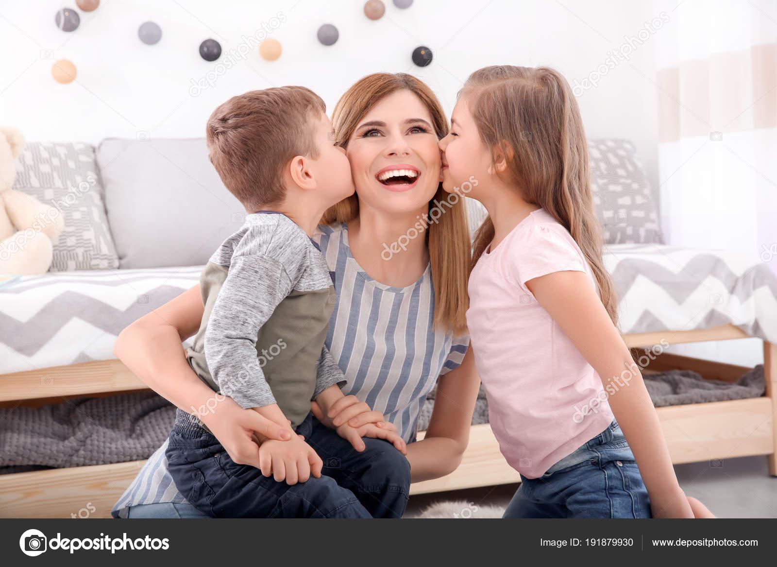 Kussen Voor Kinderen : Leuke lieve kinderen kussen hun nanny thuis u stockfoto