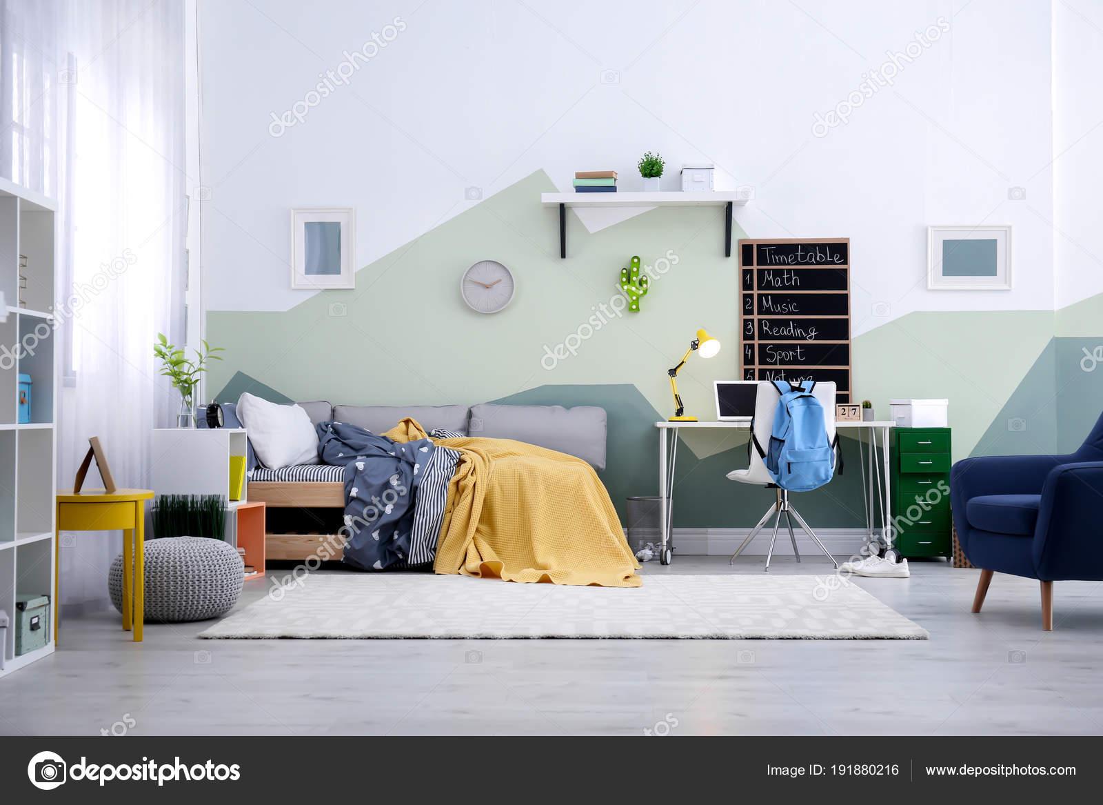 Intérieur de chambre enfant moderne avec lit confortable ...