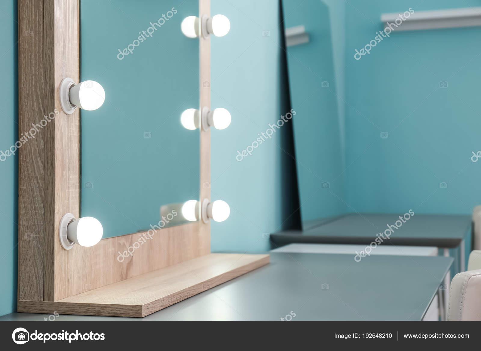Make Up Spiegel : Make up spiegel mit glühbirnen auf tisch in umkleidekabine