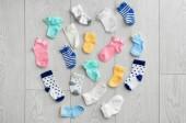 Plochá laických složení dětské ponožky na dřevěné pozadí