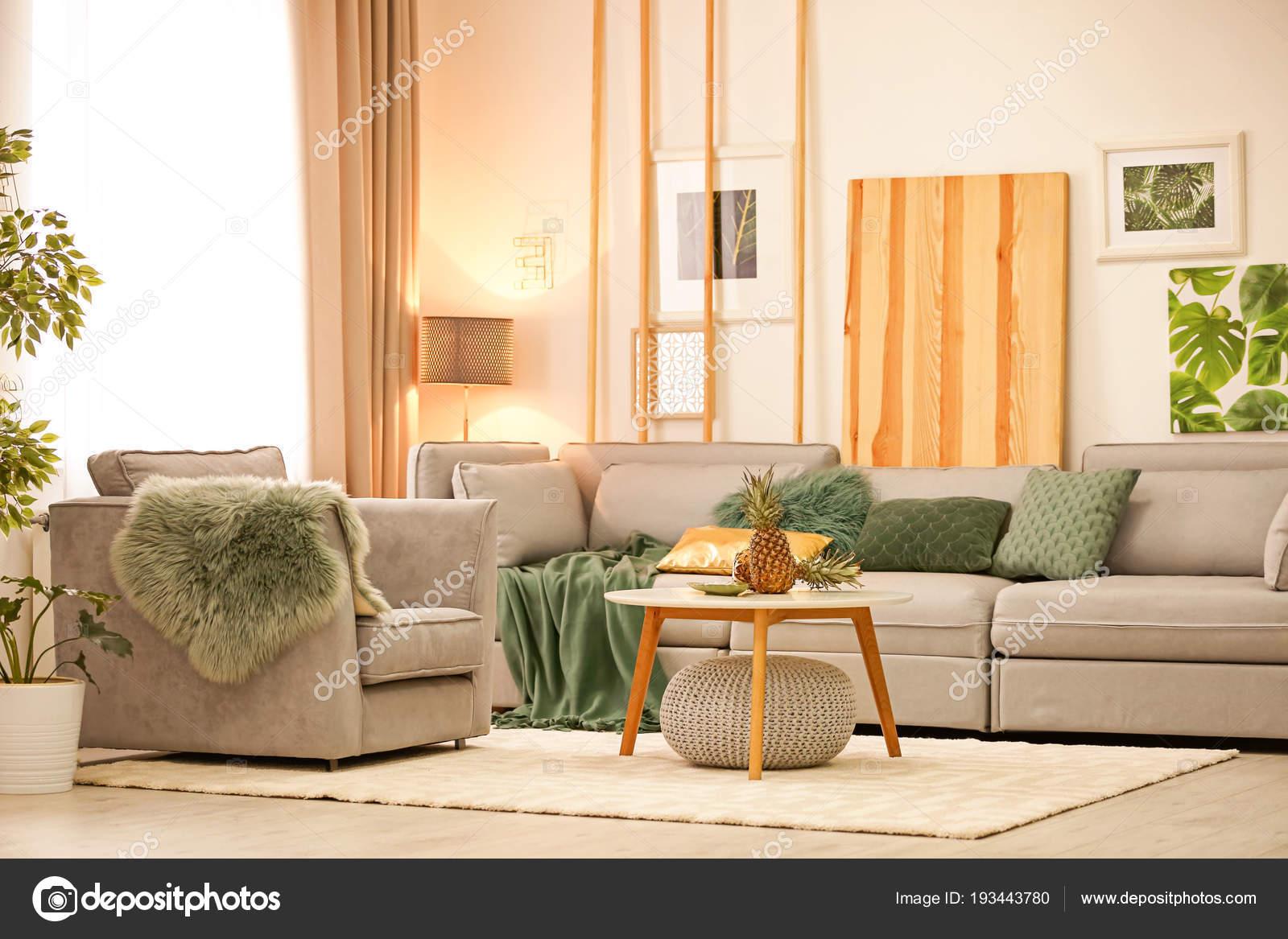 Stilvolle Wohnzimmer Interieur mit bequemen Sofa und Sessel ...