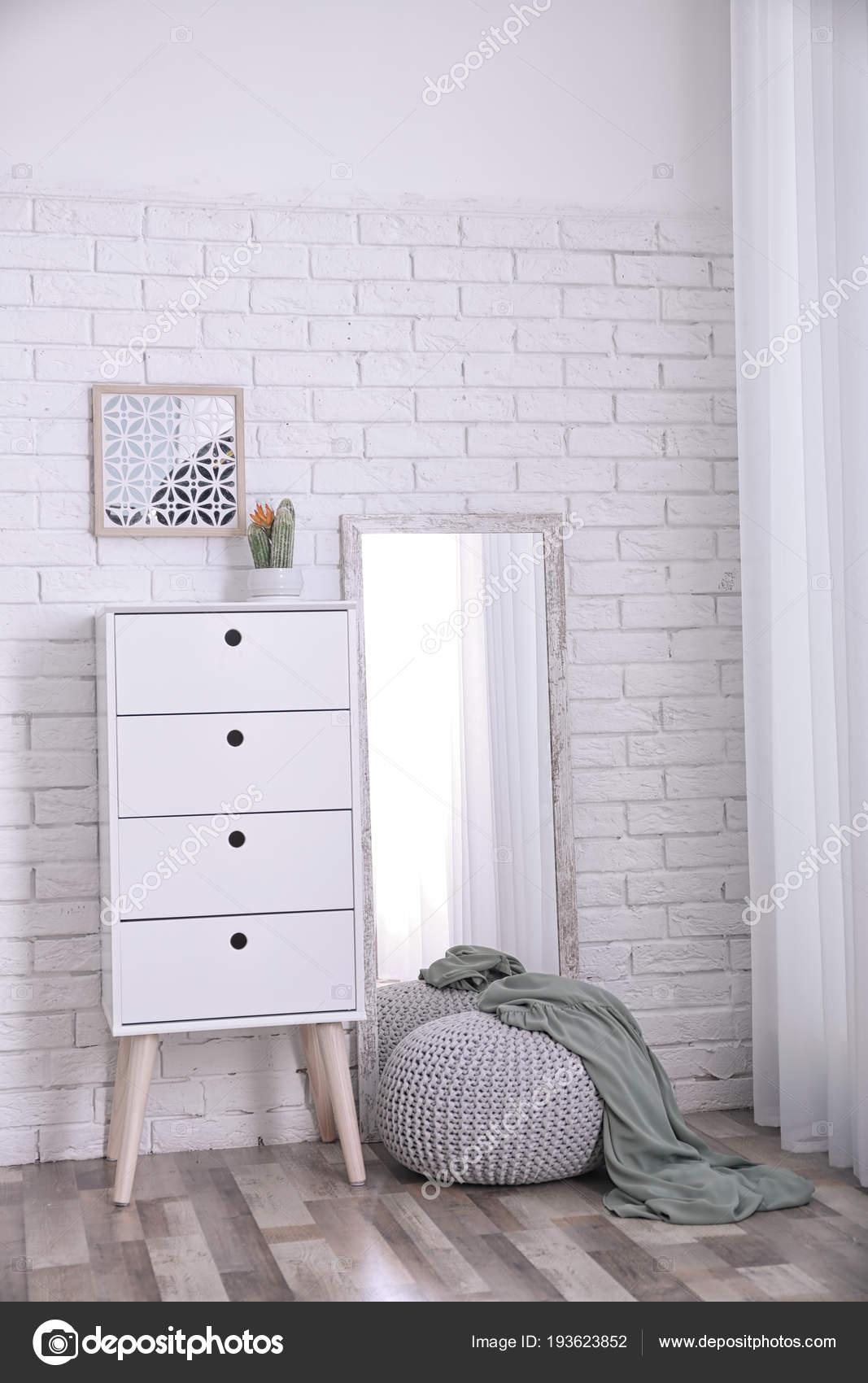 Schuifdeurkast Met Grote Spiegel.Moderne Kamer Interieur Met Grote Spiegel En Kast