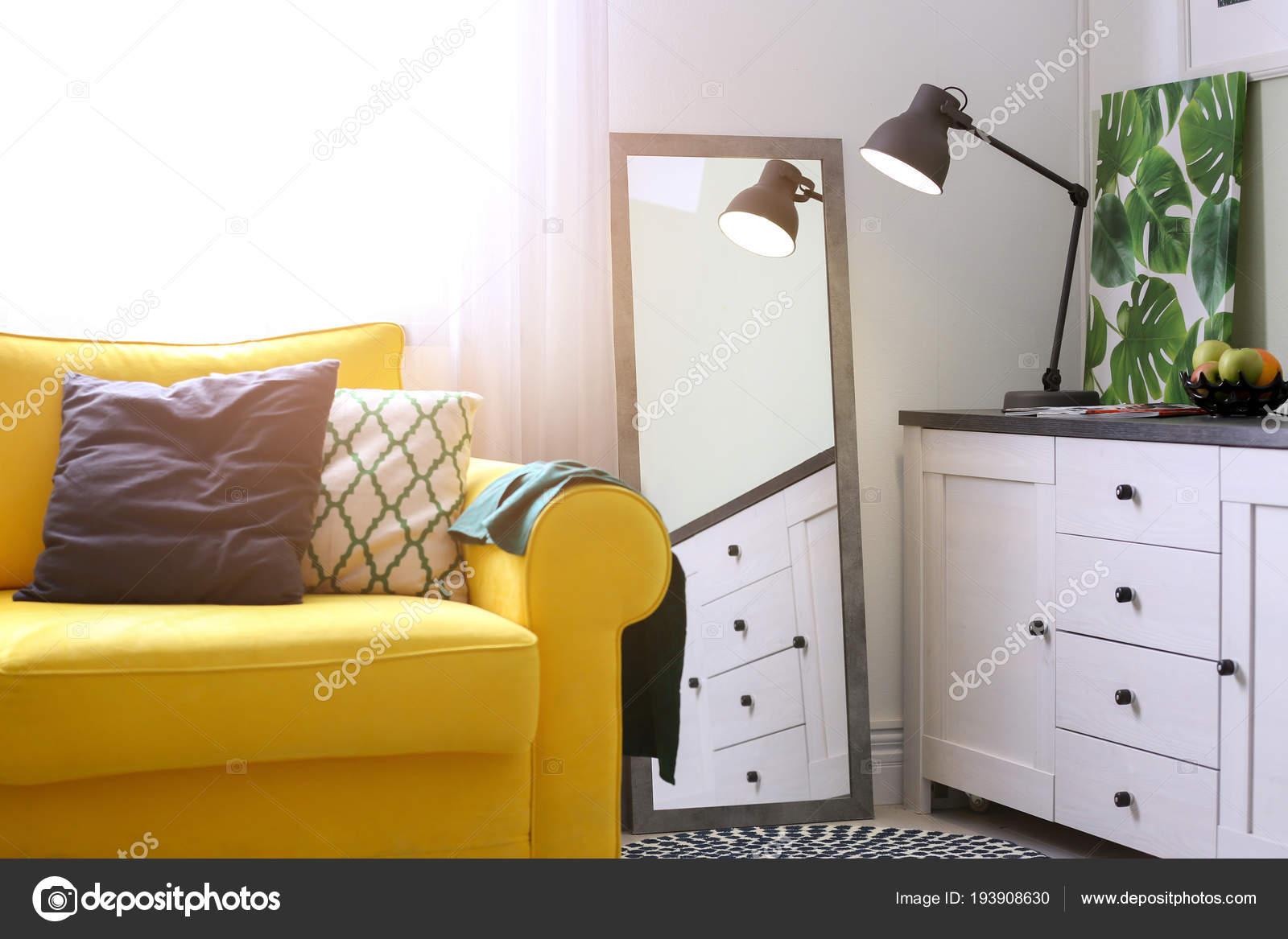 Stilvolle Wohnzimmer Interieur mit großem Spiegel. Idee für ...