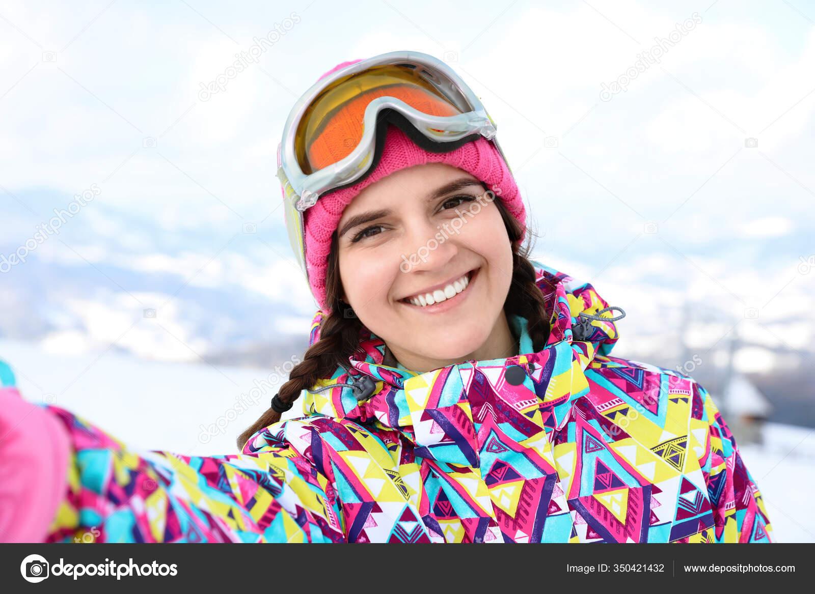 Junge Frau Macht Selfie Bergresort Winterurlaub
