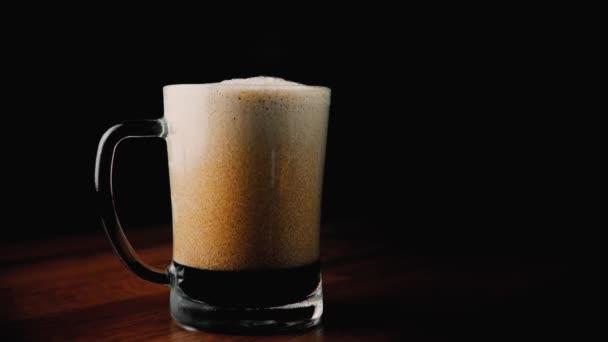 zpěněný tmavé pivo ve skle