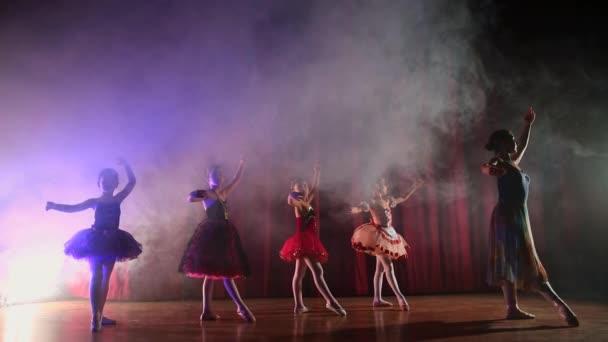 Děti učí balet tanec. Turecko Fethiye.