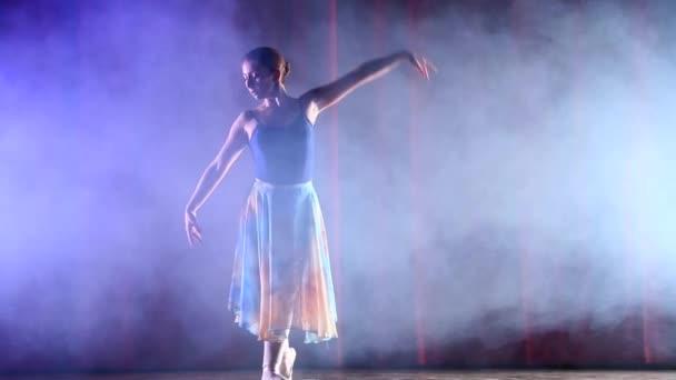 Nohy tančící baletka na jevišti