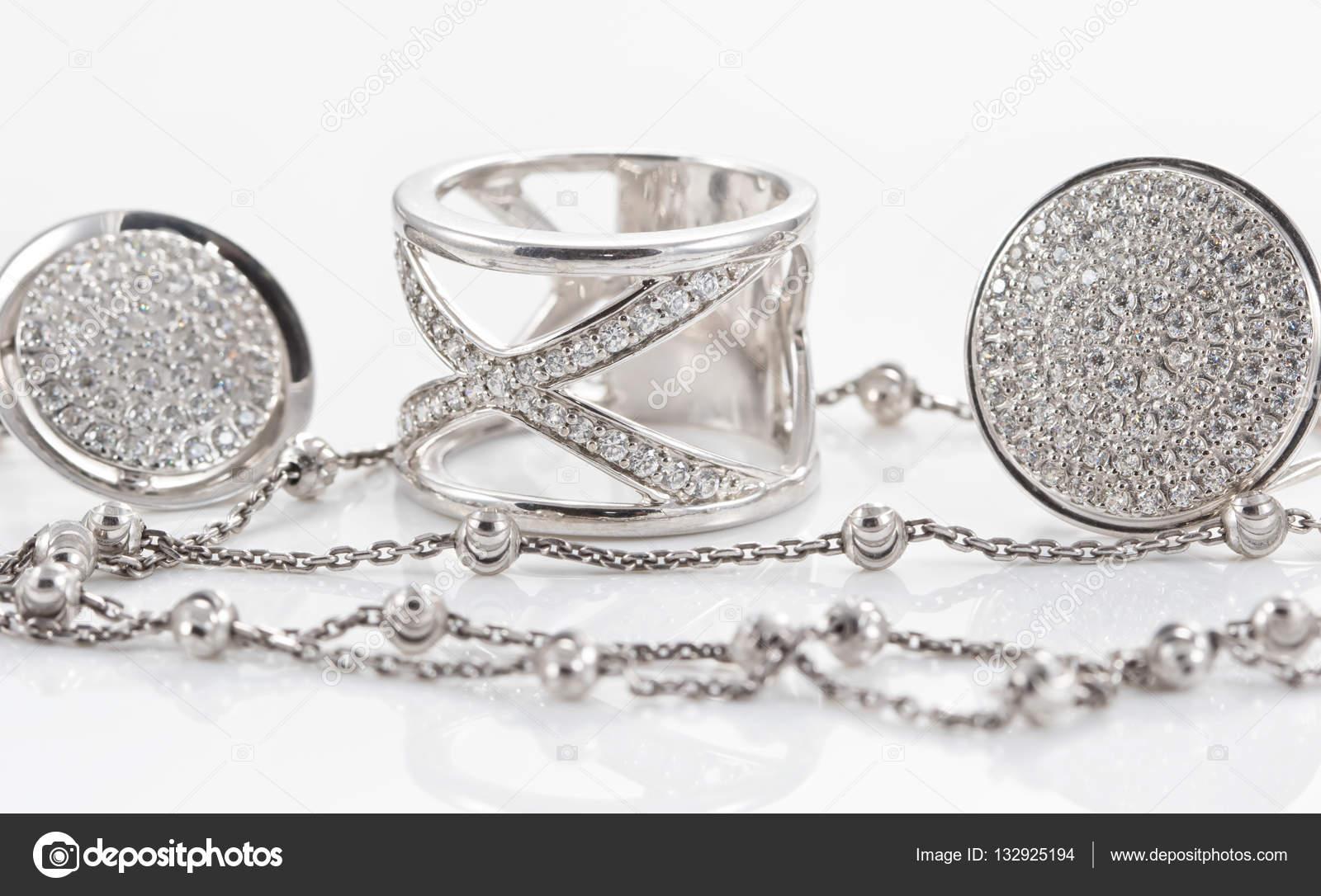 f2ea6712f67e variedad de joyas de plata — Fotos de Stock © shinobi  132925194