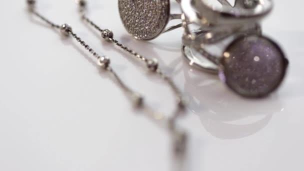 Stříbrný prsten s drahými kameny a jemný stříbrný řetízek