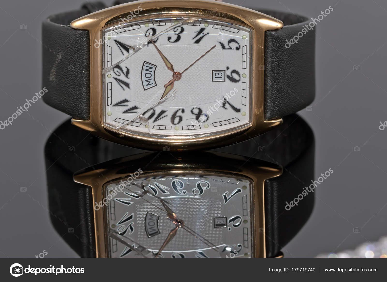 Κομψό Ανδρικό ρολόι σε χρυσό με δερμάτινο λουράκι και θραύσματα ... 6372e8a5558