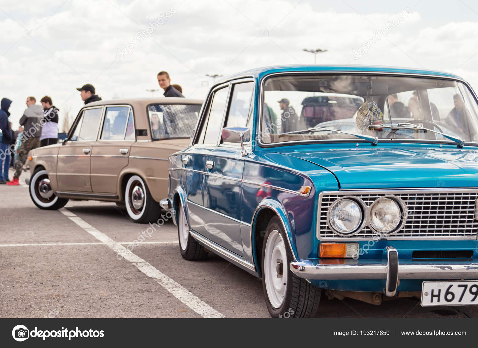The old model VAZ-2106 with modern accessories — Stock Photo