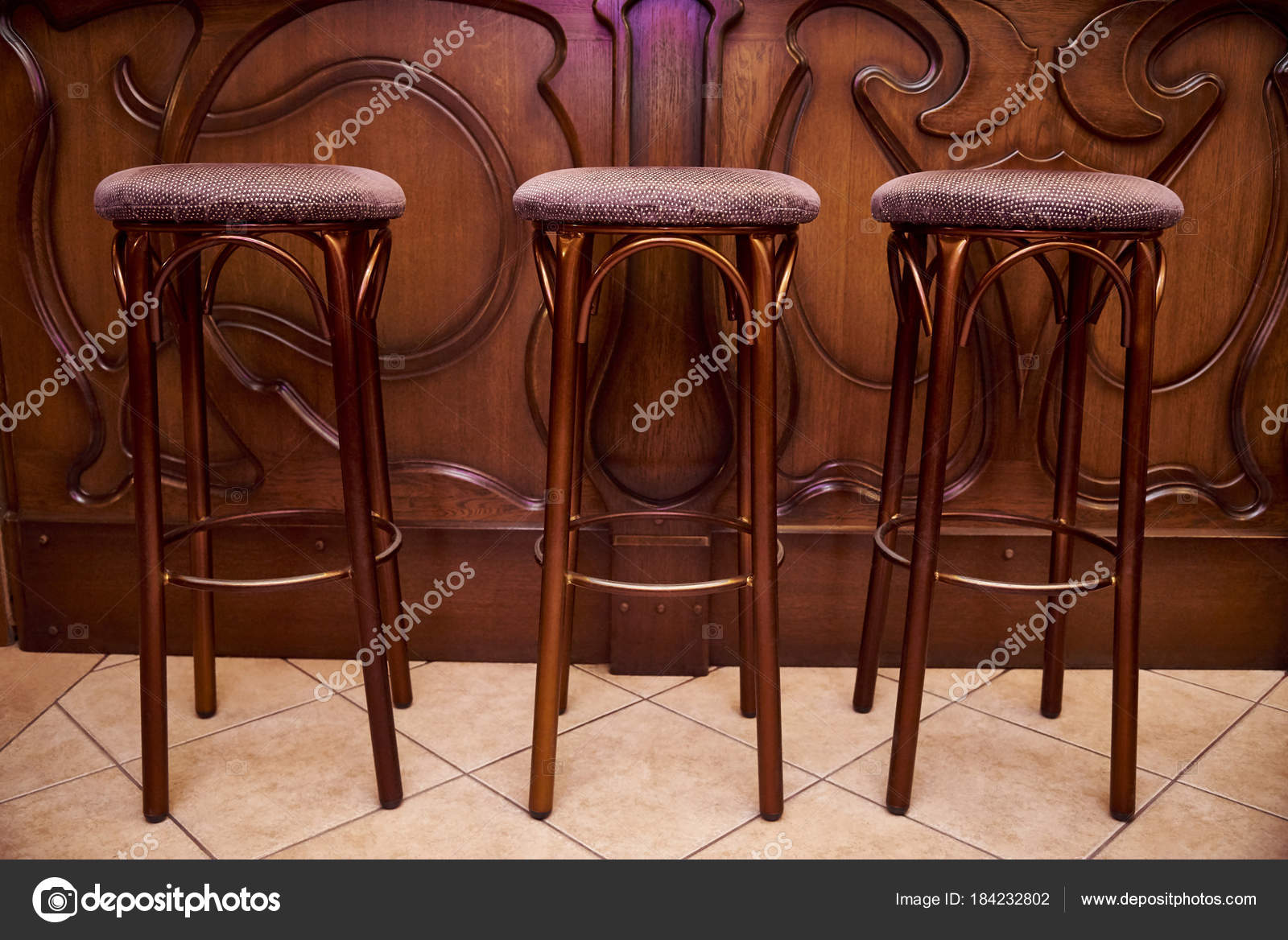 Alti sgabelli legno stanno vicino bar contatore u2014 foto stock