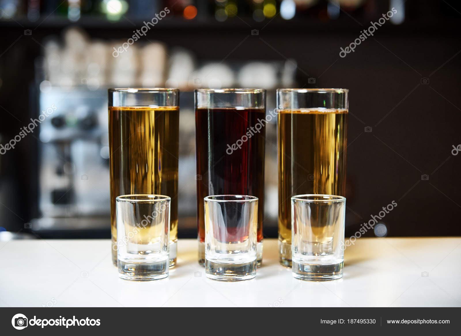 Alkohol Shots Und Leere Gläser Auf Dem Hintergrund Einer ...