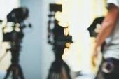 Absztrakt elmosódott háttér, a forgatás a stúdióban, film előállítására, a színfalak mögött videó kamera
