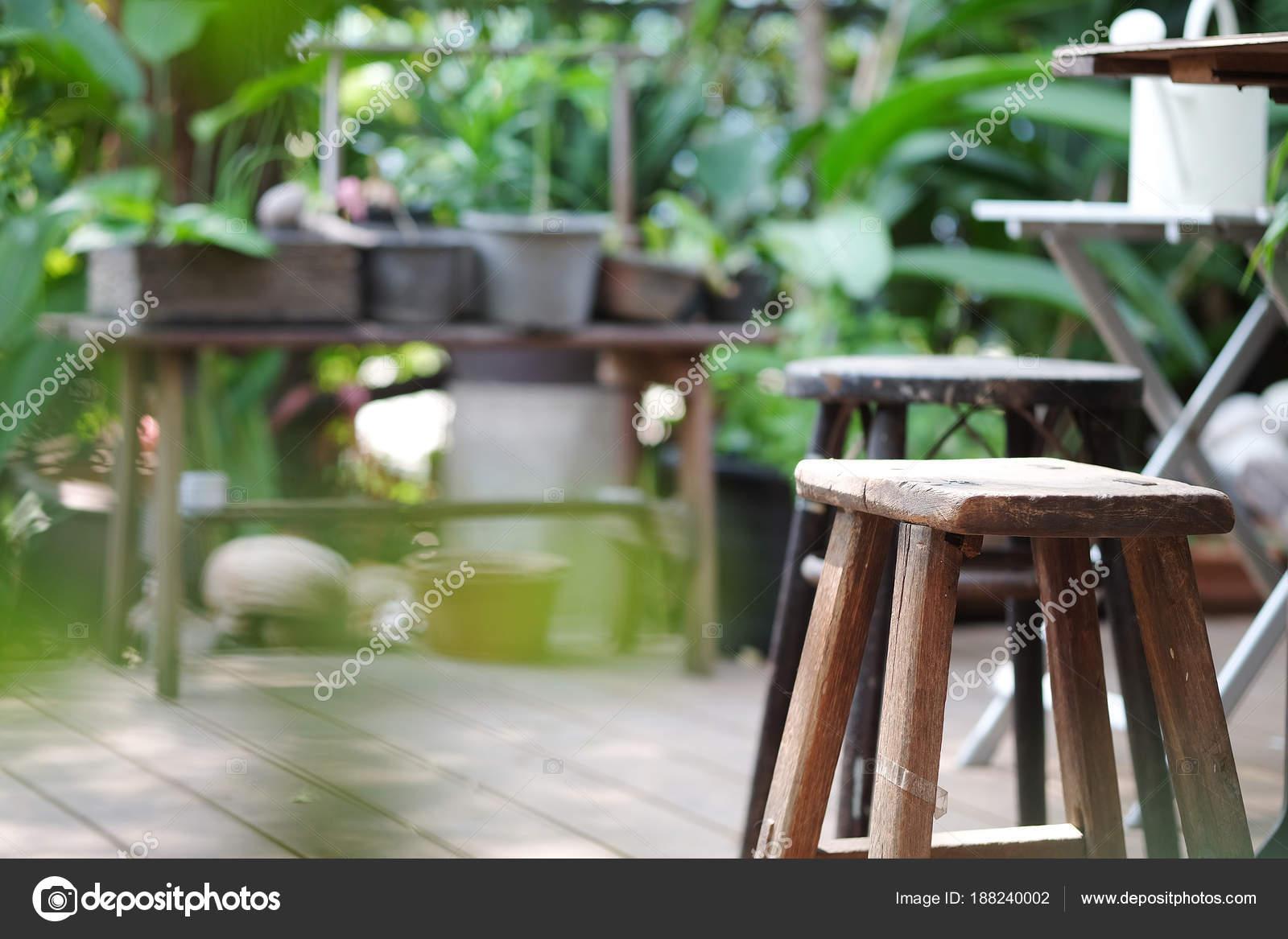 Sgabello legno giardino verde u2014 foto stock © ponsulak #188240002