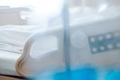 A kórházi ágyban fekvő idős betegek absztrakt elmosódása