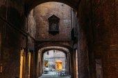 Sienna, Itálie – 16 května 2016: Cafe v podloubí v historické čtvrti Sieny