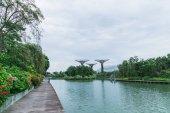 singapore - 19. Januar 2016: malerische Ansicht von Metalldenkmälern und Stadtfluss