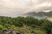 Fotografie malebný pohled zelených rostlin a zamračená obloha, ostrovy phi phi