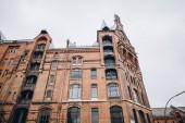 niedrige Winkel Ansicht des Gebäudes und klarer Himmel in Hamburg City, Deutschland