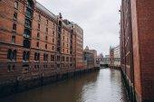 Stadtbild mit Lagerhaus und Stadtfluss in Hamburg, Deutschland