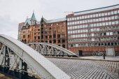 Urban-Szene mit Brücke und Gebäude in der alten Stadt Speicherstadt in Hamburg, Deutschland