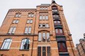 Tiefblick auf historisches Gebäude in Hamburg, Deutschland